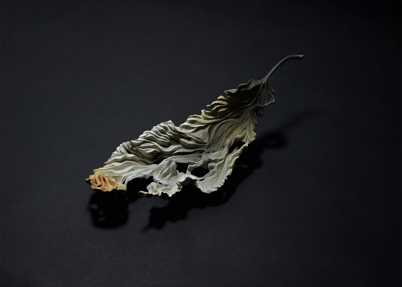 「落葉 - 残り火」 2016, w 27.5 cm, 榧・岩絵具(彩色:須藤和之)