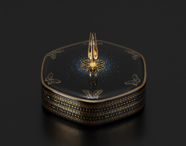 "Yasuhiro Asai, Maki-e Hexagonal shaped Raden Incense container ""Drop"", 2019, w6.8×d7.4×h4.9 cm"