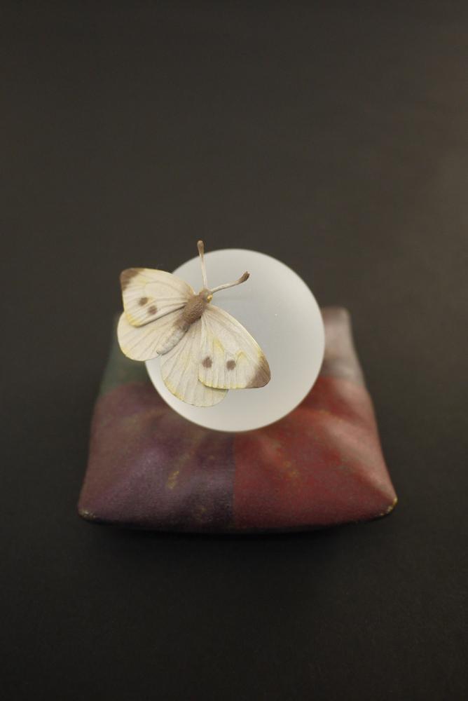 藤本明洋「ことばのお使い」(モンシロチョウ)桧・桜・漆・水晶・彩色