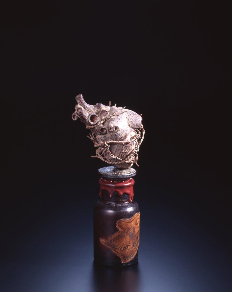 大森暁生「Secret heart」2012年, 檜、漆、紙、鉄、彩色、遮光瓶、薬剤, H21 x W9.5 x D6 (cm)