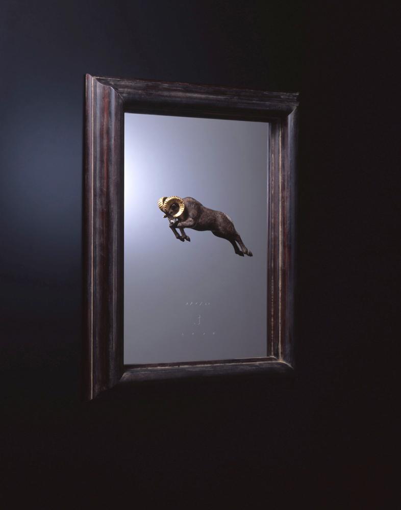 大森暁生「Bighorn in the frame」2014年, ブロンズ、金箔、銀箔、ステンレス、漆、アガチス, H53 x W41 x D5 (cm)