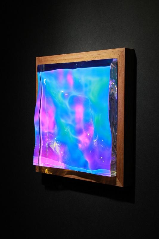 小川剛「Liquid prism」2016年、偏光フィルム・アクリル・木材、H23×W23×D4c m