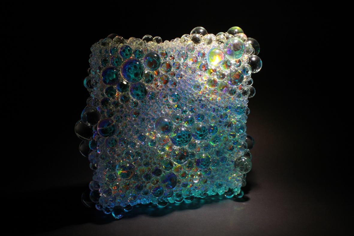 小川剛「PrismaticPrismatic square」2013年、偏光フィルム・ガラススフィア・アクリル、H27×W27×D10 cm