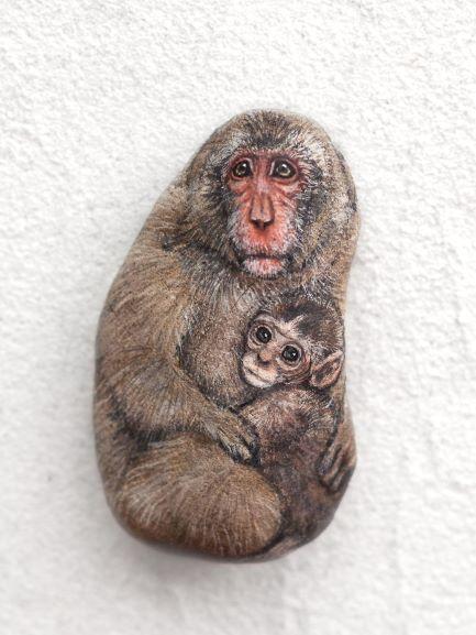 Akie「親子猿」2019年、約h5xw3xd1.5 cm、自然石、アクリルガッシュ