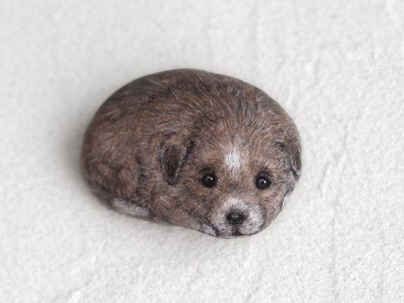 Akie「仔犬」2019年、約h3xw4xd2 cm、自然石、アクリルガッシュ