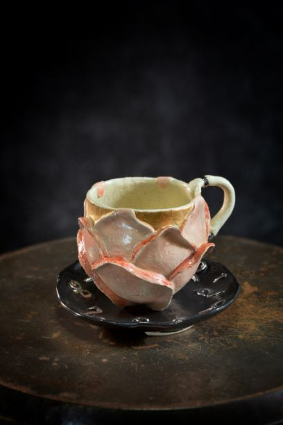 作品名:「薔薇のお茶会カップ&ソーサー」制作年:2020年サイズ:h8.5×11×11 cm価格 :44,000円(税込)備考 :箱なし作家コメント:不思議の国のアリスのイメージでソーサーに鍵、カップに鍵穴と扉をあしらってます。(photo.H.Kondo)