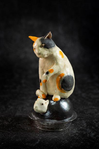 作品名:「鼠首振り釜乗り猫」制作年:2020年サイズ:h19×9×11 cm価格 :44,000円(税込)備考 :箱なし作家コメント:釜から顔を出したネズミを猫が狙ってます。ネズミの頭は揺れる仕掛けです。郷土玩具をヒントに制作しました。(photo.H.Kondo)